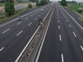 L'incredibile video di un bimbo che scappa di casa e carponi attraversa l'autostrada