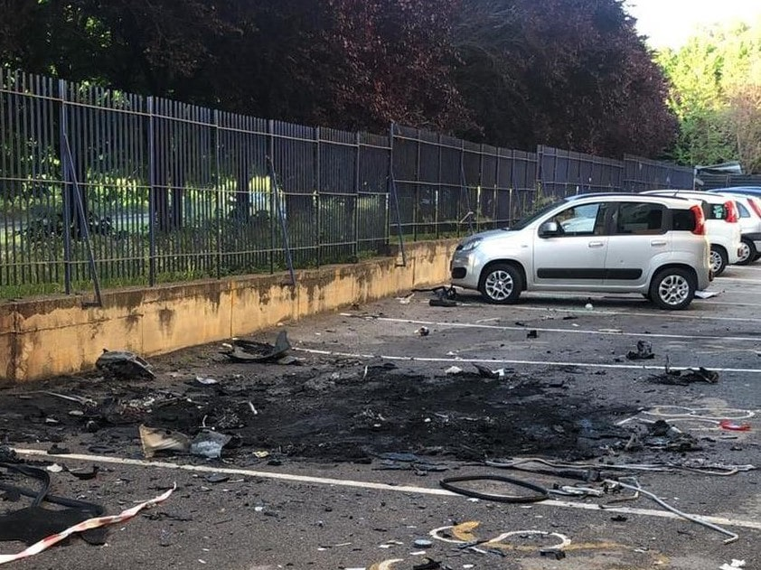 Scampia, bomba nella notte: esplode l'auto di un pregiudicato