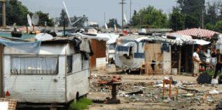 Giugliano, partito lo sgombero del campo rom: via più di 800 persone