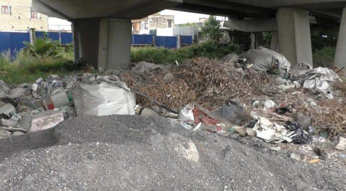 Ponticelli: c'è un cavalcavia pieno di rifiuti in via Botteghelle