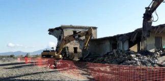 Castel Volturno, villette abusive sulla spiaggia: iniziata la demolizione