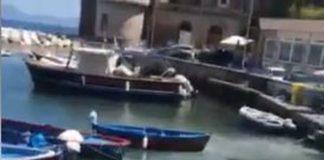 Posillipo, ancora choc a Riva Fiorita: il mare diventa bianco