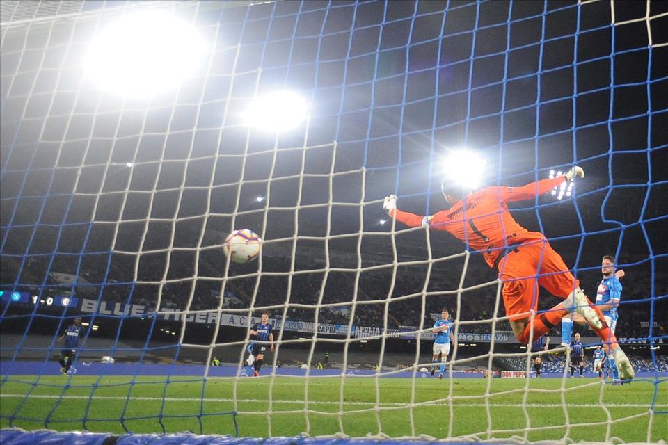 Vendicata l'assurda partita d'andata: Zielinsky, Mertens e doppio Ruiz costringono l'Inter a sudarsi la Champions