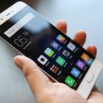 Francia, fa il bagno con lo smartphone: adolescente muore folgorata