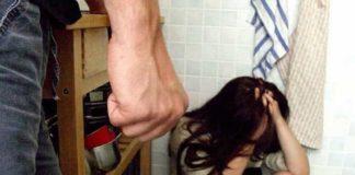 Ponticelli, tenta di buttare la moglie giù dal balcone: 33enne in manette