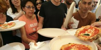"""La pizza Margherita compie 130 anni. Da Brandi gli """"ospiti"""" della Caritas"""
