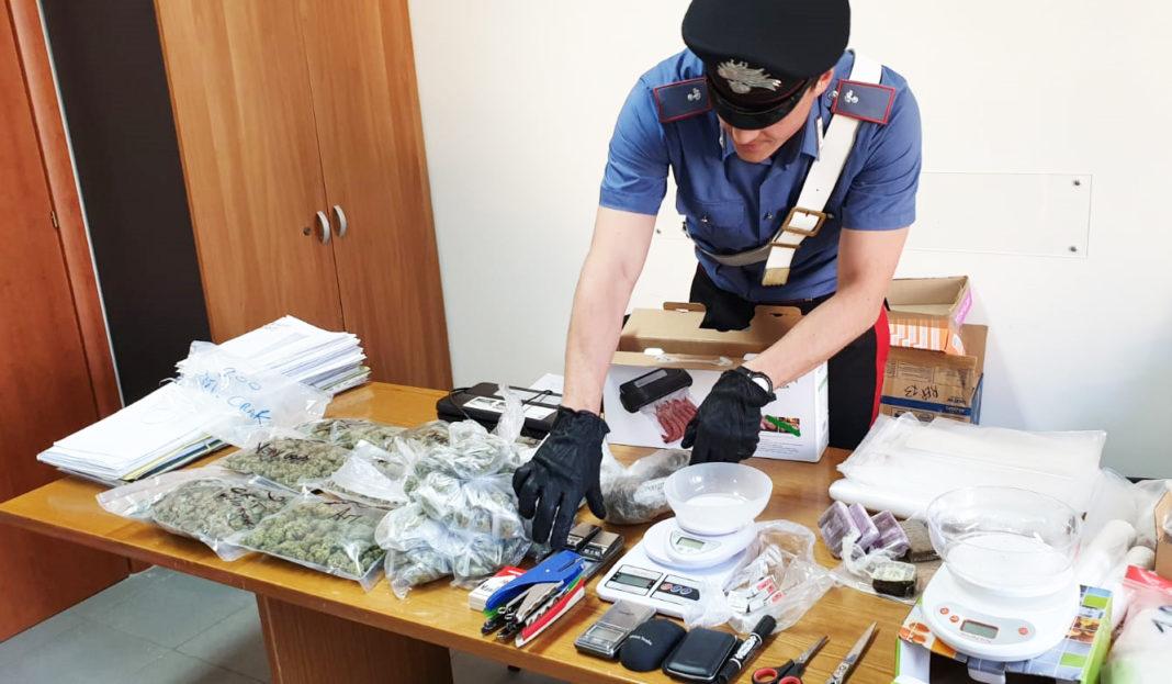 Napoli, Fuorigrotta: Marijuana e hashish nel sottoscala di casa. Arrestata 43enne