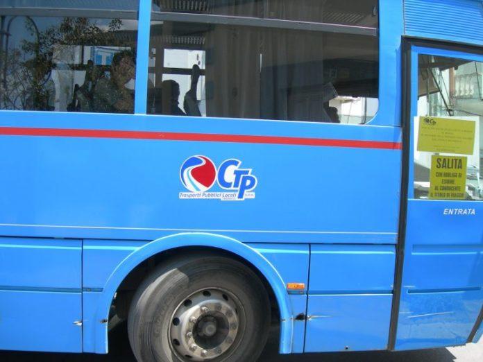 Bus Ctp in fiamme a Napoli, passeggeri salvati dalla Municipale