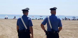 Al mare con le famiglie, arrestati in spiaggia due latitanti del clan Rinaldi