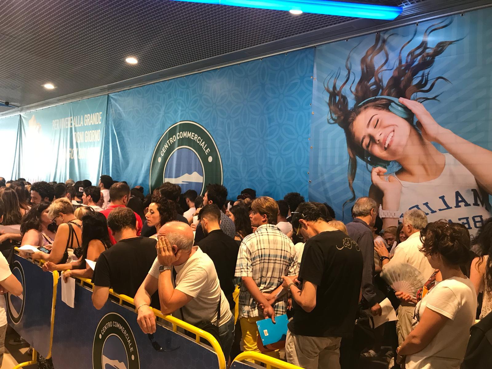 L'amica geniale 2: grande folla per i casting al centro Neapolis di Ponticelli
