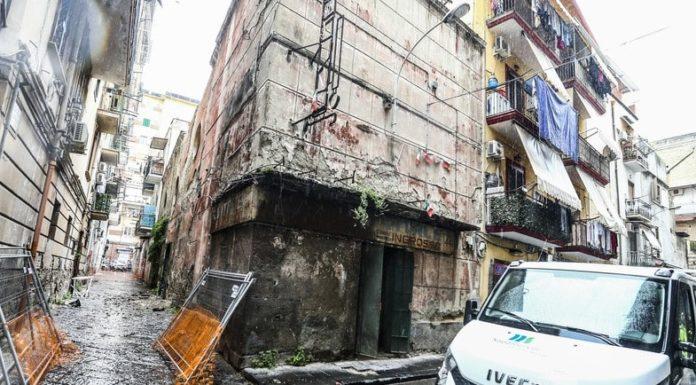 Napoli, paura nel quartiere Pendino: crollato l'ex cinema Vesuvio