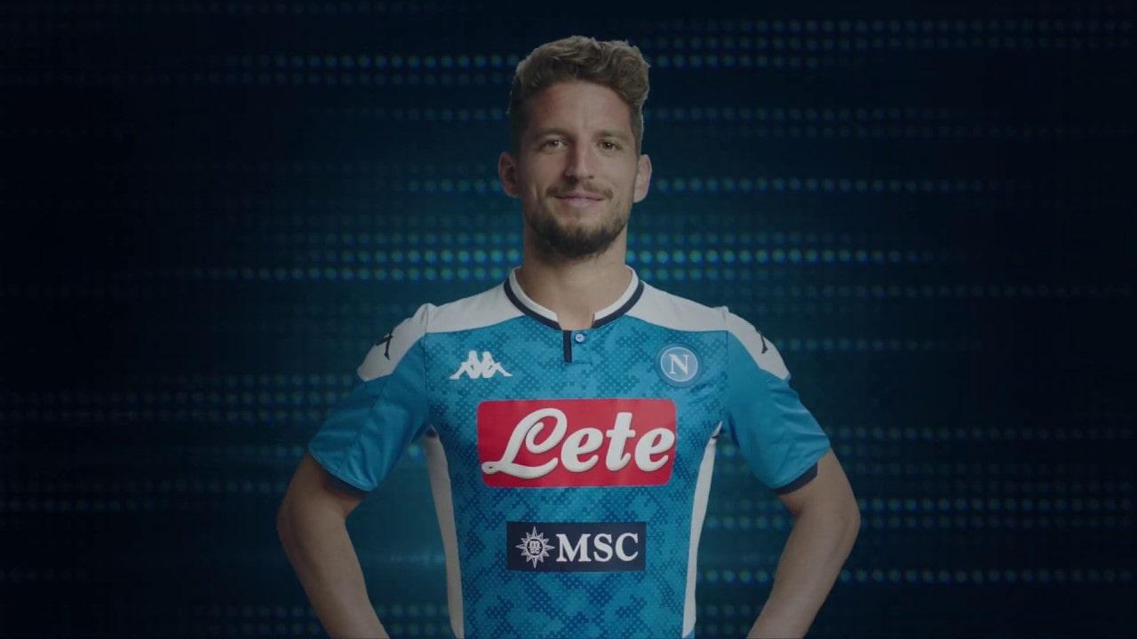 Calcio Napoli, ufficializzata la nuova maglia: sarà azzurra con fasce bianche