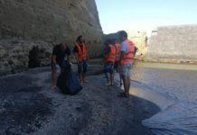 Castel dell'Ovo, iniziativa simbolica: i disoccupati hanno ripulito la spiaggetta