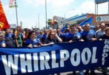 """Whirlpool, nuova protesta degli operai: """"Lavatrici spedite in Polonia"""""""