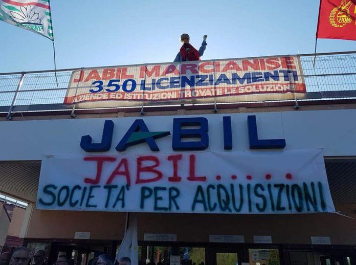 Jabil: operai scioperano davanti ai cancelli della fabbrica di Marcianise