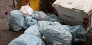 Scampia: cumuli di rifiuti giacciono abbandonati sotto al sole