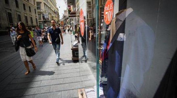 Primo giorno di saldi a Napoli, ma il troppo caldo frena lo shopping