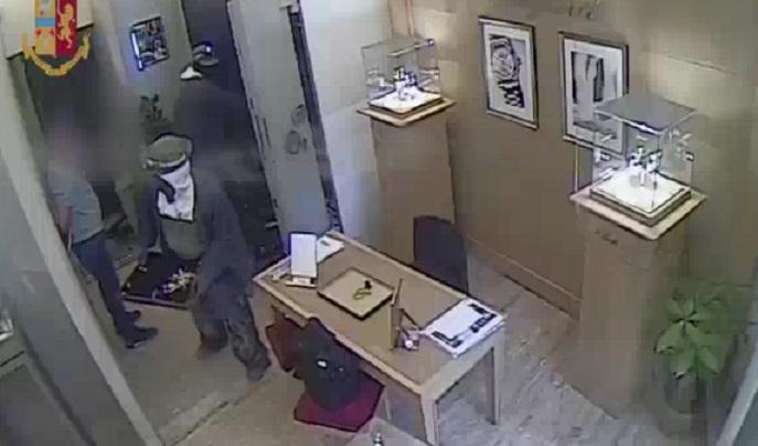 Rapine a Poste e negozi, scacco alla banda del buco: 9 arresti (VIDEO)