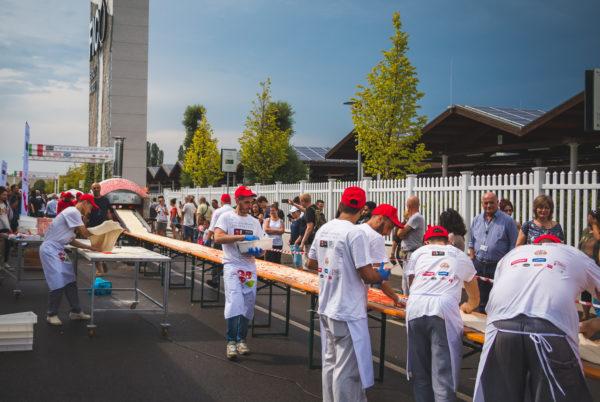 """Eataly World: la """"Pizza da Guinness"""" lunga 500 metri dei pizzaioli del Napoli Pizza Village"""