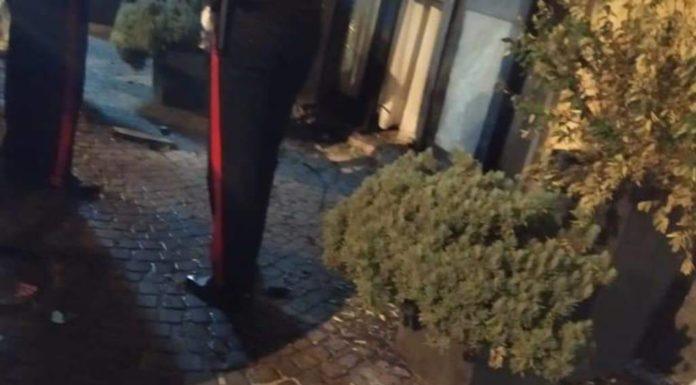 Vico Equense, esplosione di una bomba carta davanti a hotel: vetrate distrutte