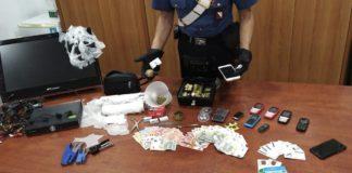 Afragola, si barrica in casa e prova a disfarsi della droga: arrestato 36enne