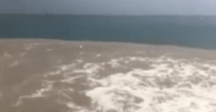 Napoli, nuovo problema ambientale: chiazza marrone nel mare di Posillipo (VIDEO)