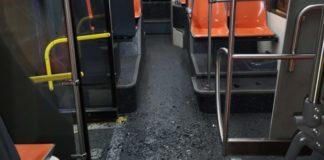 Nuovo raid vandalico su un bus Anm: vetri in frantumi e paura a bordo