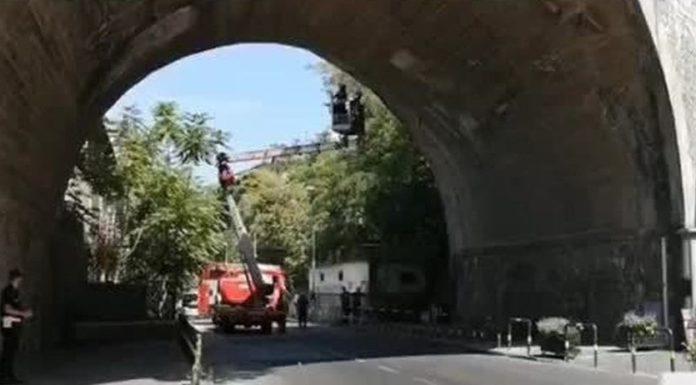 Castellammare, cadono calcinacci dal ponte: chiusa strada per i lidi di Pozzano
