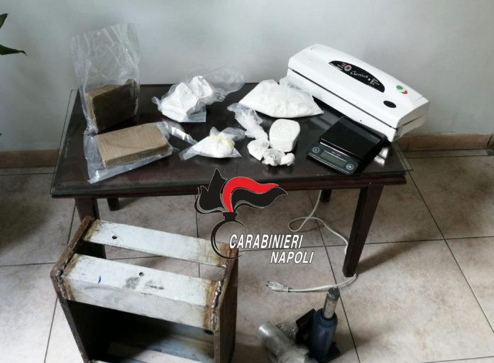 Napoli, Arenella: Scoperto laboratorio per confezionare droga nel soggiorno di casa