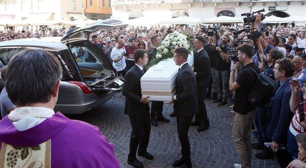 Il lungo addio a Nadia Toffa, centinaia di persone ai funerali