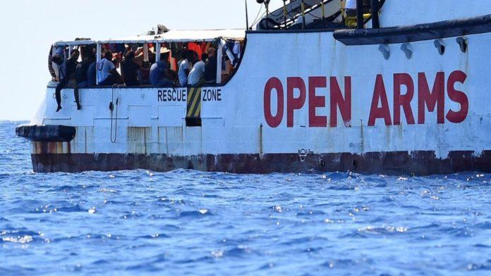 Open Arms: 83 migranti sbarcati a Lampedusa dopo un'attesa lunga 19 giorni