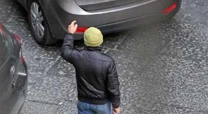Napoli: poliziotto libero dal servizio arresta un parcheggiatore abusivo