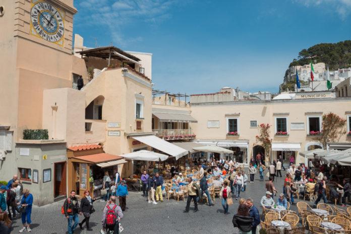 Capri, falso disabile multato mentre fa acquisti su un deambulatore elettrico