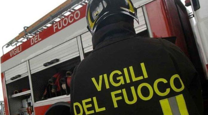 Incendio nel campo rom di Giugliano: a fuoco plastica e rifiuti speciali