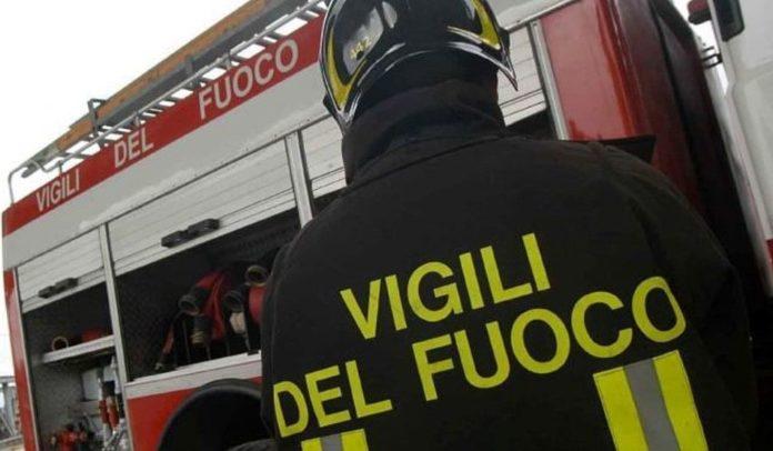 Castellammare, bimba rimane intrappolata in auto: salvata da vigili del fuoco