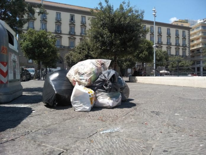 Emergenza rifiuti a Napoli, il Comune vieta l'utilizzo dei sacchi neri