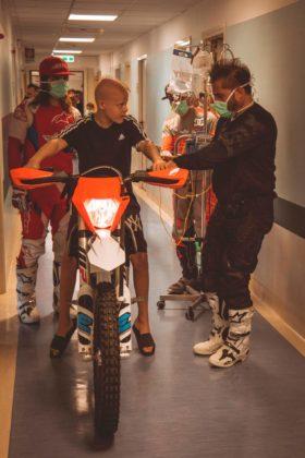 Mototerapia all'Ospedale Pausilipon di Napoli: tutti i bambini in sella con il team di Vanni Oddera