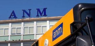 Scampia, atto vandalico contro il bus C67: distrutto un vetro