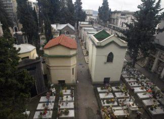Fuorigrotta: donna minaccia di lanciarsi dal tetto di una cappella del cimitero