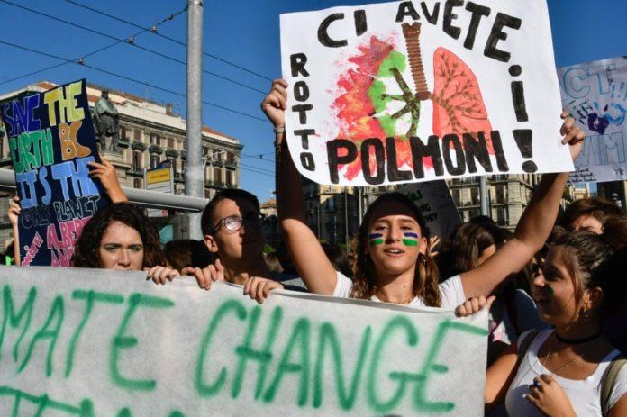 Napoli, fiumi colorati di studenti nelle strade per