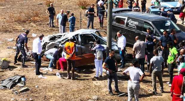 Tragedia a Castel Volturno, auto precipita per 20 metri: tre morti