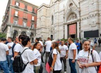 San Gennaro: operai Whirlpool davanti al Duomo di Napoli