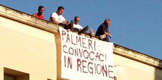 Ospedale Cardarelli: gli operai dell'American Laundry sul tetto per protesta