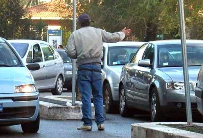 Parcheggiatore abusivo con pensione di invalidità e reddito di cittadinanza