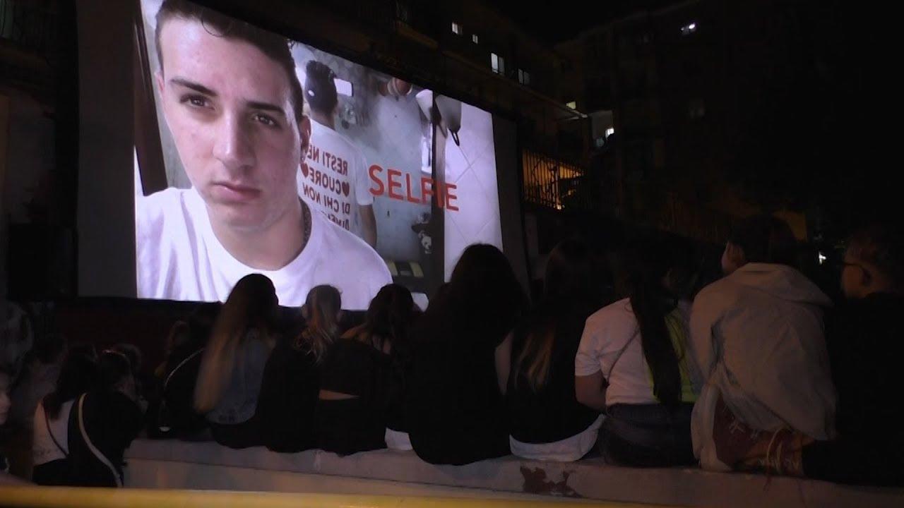 """Rione Traiano: oltre 1000 persone per la proiezione pubblica di """"Selfie"""""""