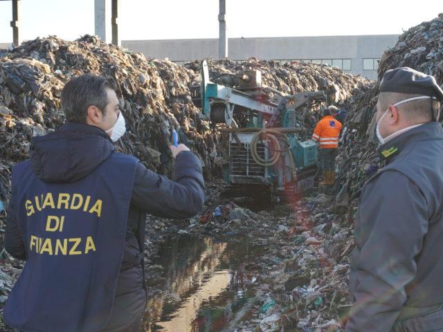 Marcianise, due persone in manette per smaltimento illegale di rifiuti