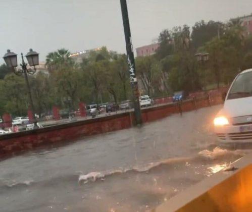 Allerta meteo a Napoli: la bomba d'acuua ha paralizzato la città con disagi e allagamenti [VIDEO]
