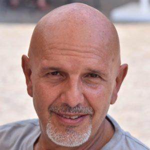 """Lucio Caizzi apre la stagione del teatro Mario Scarpetta con """"Siamo tutti Online"""""""