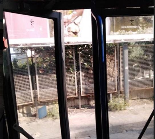 Bus Anm viaggia a Napoli con la porta centrale aperta (VIDEO)