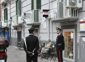 Cronaca di Napoli, ordigno artificiale esplode davanti a una cioccolateria